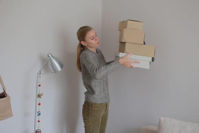 靴の箱を持つ女性
