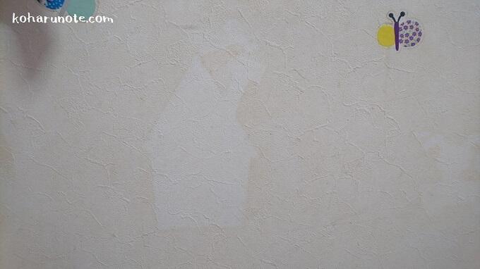 ウォールステッカーの剥がし跡が残る壁紙