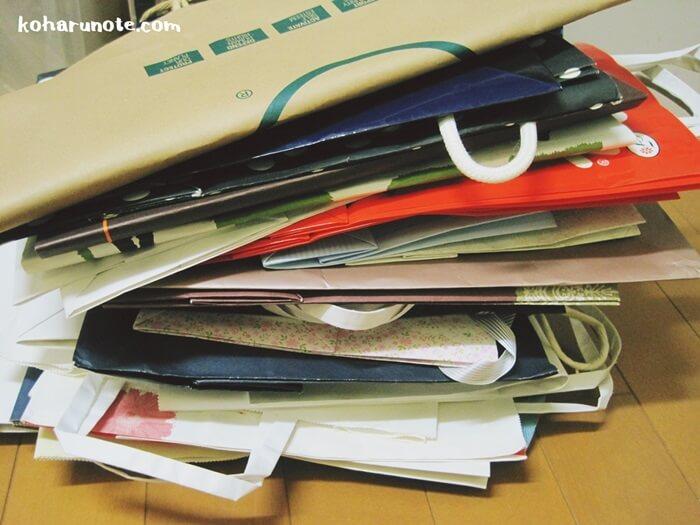 積み重ねた紙袋