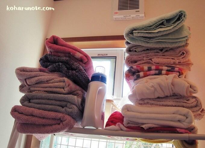 積み重ねた大量のバスタオル