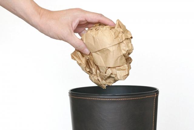 紙をまるめて捨てる