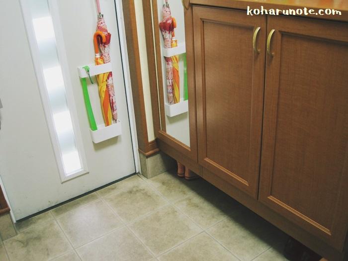 玄関ドアのマグネット傘立て