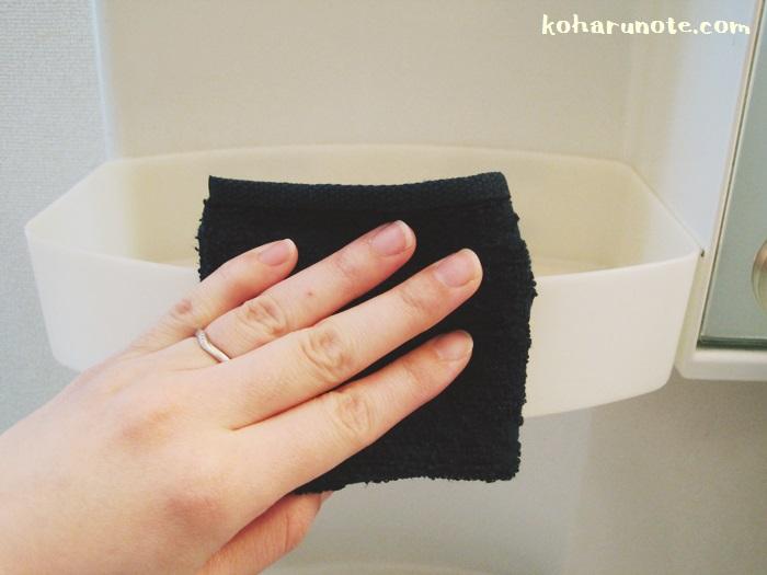 洗面台の拭き掃除をする