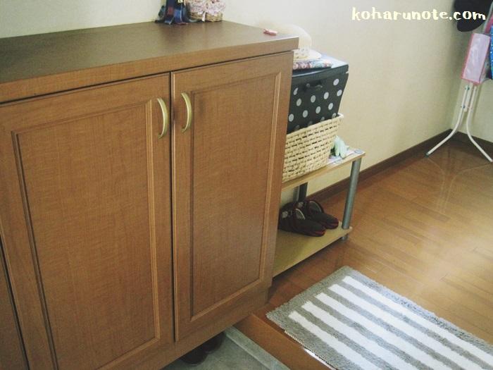 玄関に備え付けの収納と、モノを詰め込んだ棚
