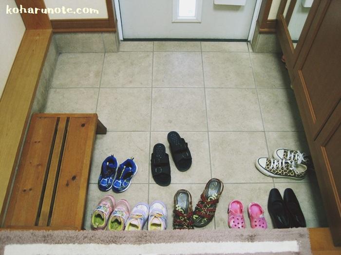 靴をたくさん置いた状態の玄関
