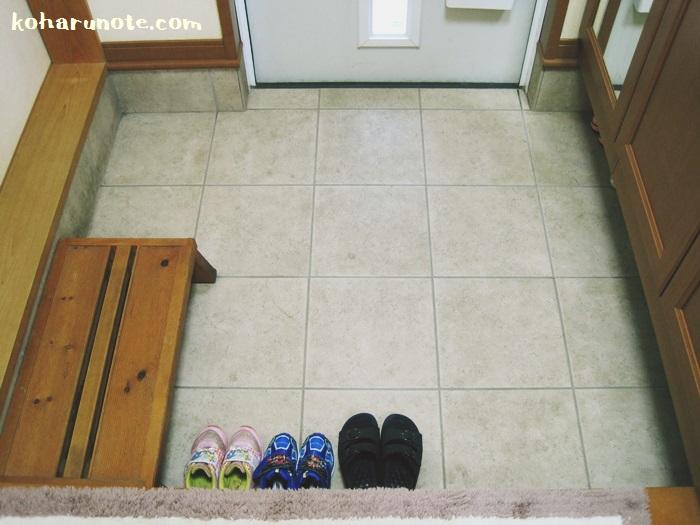 靴を最低限の数だけ置いた玄関