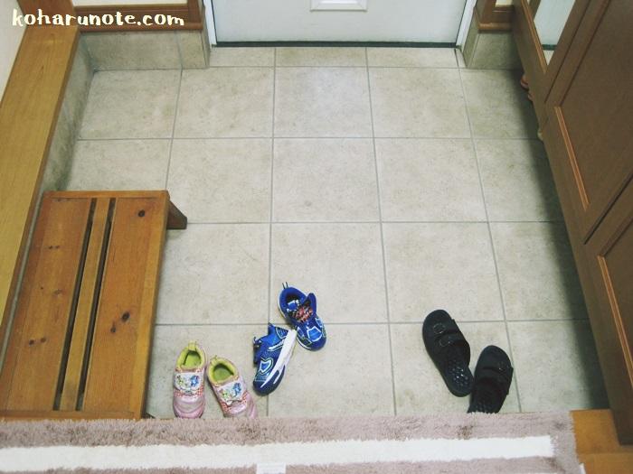 靴を揃えずバラバラに置いた玄関