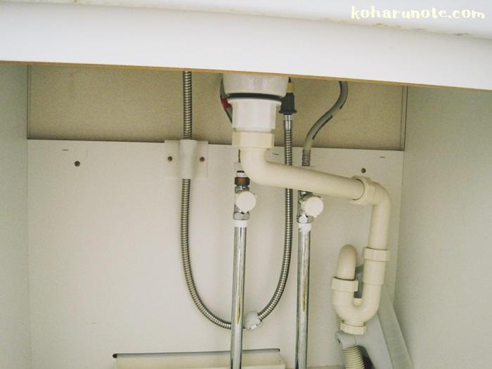 洗面台下収納内の配管