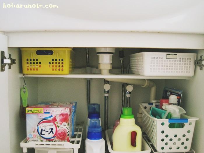 突っ張り棒とカゴを使った洗面台下収納