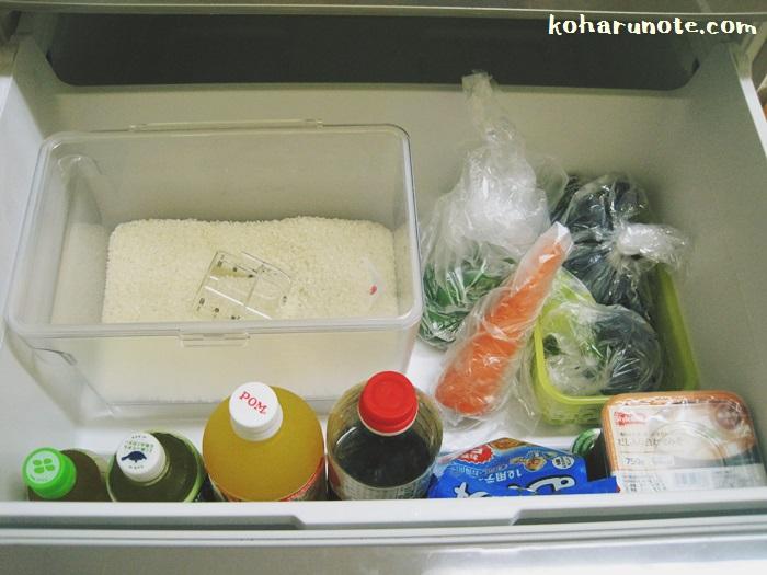 冷蔵庫の野菜室に収納した米びつ