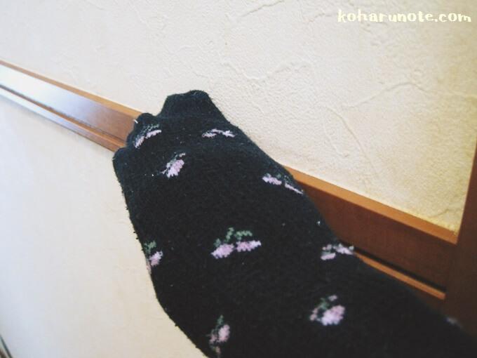 室内の巾木を古靴下で掃除