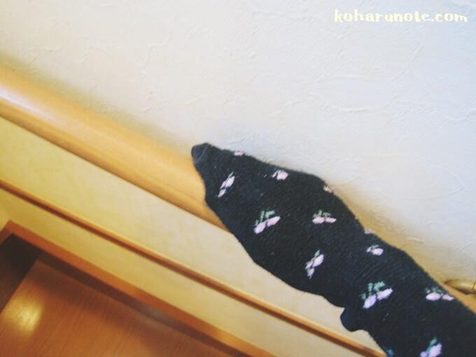 階段の手すりを古靴下でお掃除