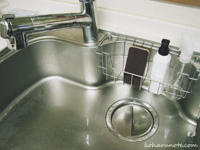 ダスキンのおしゃれカラー台所用スポンジをシンクに置く